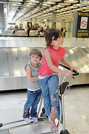 happy-children-airport-17792546